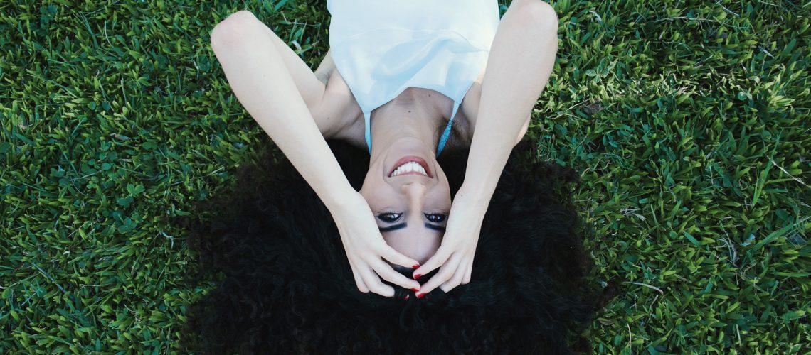 mujer sonrisa cuidada verano